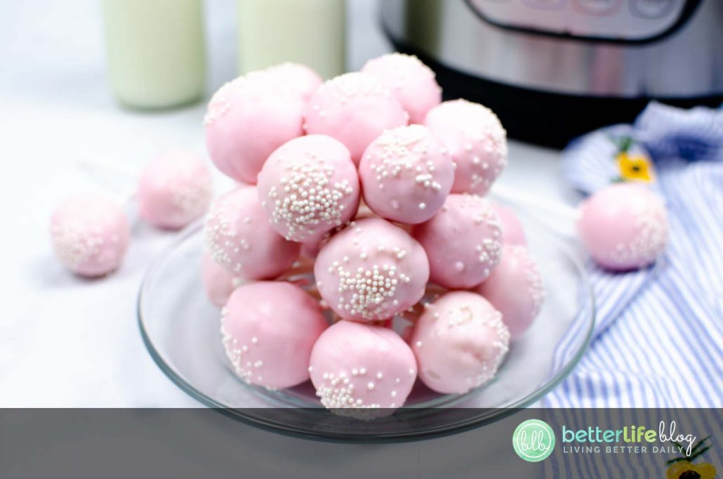 Who's up for a delicious treat? Rather than spending big bucks at the drive-through, why not bake a batch of these ultra delicious Starbucks Copycat Cake Pops?